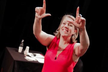Danièle Simonnet, conseillère de Paris (LFI), sur la scène du théâtre Clavel à l'occasion de son spectacle « Uber, les salauds et mes ovaires », en 2016.
